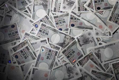 8月14日、日銀が公表した営業毎旬報告によると、日銀が保有する長期国債の残高が10日時点で約80兆9700億円と、お札(銀行券)の発行残高約80兆7900億円を上回った。都内で2010年8月撮影(2012年 ロイター/Yuriko Nakao)