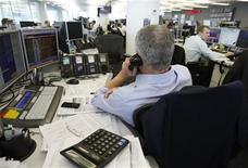 Брокеры в торговом зале инвестиционного банка Ренессанс Капитал в Москве, 15 сентября 2009 года. Российские акции, накануне открыв неделю ростом, продолжают повышаться, на этот раз - в контексте динамики мировых фондовых площадок. REUTERS/Denis Sinyakov