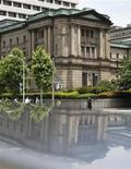 Здание Банка Японии в Токио, 14 июня 2012 года. Банк Японии не должен исключать никаких возможных мер в будущем и готов действовать в случае, если возникнут существенные риски вследствие европейских долговых проблем, говорится в протоколе заседания банка от 11-12 июля. REUTERS/Yuriko Nakao