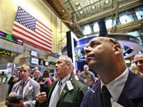 Трейдеры на торгах Нью-Йоркской фондовой биржи 9 августа 2012 года. Американские рынки акций открылись ростом на фоне хорошей статистики розничных продаж и оптовых цен, указывающей на то, что крупнейшая экономика мира, возможно, вновь набирает обороты. REUTERS/Brendan McDermid