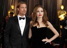 Atores Brad Pitt e Angelina Jolie posam no tapete vermelho da 84ª cerimônia do Oscar em Hollywood, Califórnia. Prefeito francês negou uma reportagem da revista de celebridades Hello que o citou dizendo que os atores Angelina Jolie e Brad Pitt deverão se casar neste fim de semana. 26/02/2012 REUTERS/Lucas Jackson