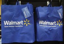 <p>Foto de archivo de unas bolsas reutilizables del supermercado Walmart en uno de sus locales en Chicago, EEUU, sep 21 2011. Wal-Mart Stores Inc ha recibido una aprobación limitada para incrementar su participación y convertirse en accionista mayoritario de una empresa china de comercio electrónico, publicó el Ministerio de Comercio chino el martes en su sitio de internet. REUTERS/Jim Young</p>