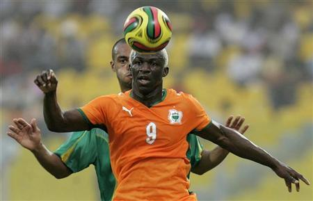 Ivory Coast's Arouna Kone (front) tries to control the ball while under pressure from Mali's Cedric Kante in their African Nations Cup Group B soccer match in Accra January 29, 2008. REUTERS/Bruno Domingos