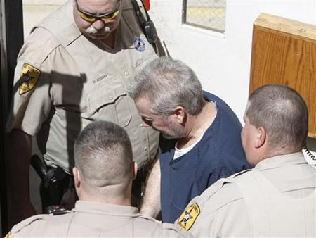 Drew Peterson leaves his arraignment at the Will County Courthouse in Joliet, Illinois May 18, 2009. REUTERS/John Gress