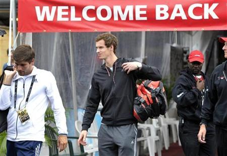 Andy Murray (C) of Britain leaves the tennis centre after pulling out of the Toronto Masters tennis tournament in Toronto August 9, 2012. REUTERS/ Mike Cassese