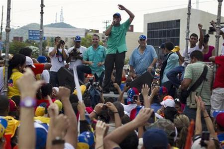Venezuela's opposition candidate Henrique Capriles (top C) talks to supporters during an election rally in the state of Anzoategui August 1, 2012. REUTERS/Carlos Garcia Rawlins
