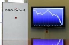 Экран на стене Венской фондовой биржи показывает годовые колебания индекса ATX 29 октября 2008 года. Европейские акции начали торги снижением в среду после вчерашнего подъема, так как рынки нестабильны из-за сокращения объема торгов, а инвесторы уходят в боковик в ожидании информации о дальнейших действиях центробанков. REUTERS/Heinz-Peter Bader