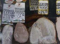 Различные виды мяса на витрине уличного ларька в Москве 12 марта 2012 года. Индекс потребительских цен в РФ показал нулевой прирост за период с 7 по 13 августа после увеличения на 0,1 процента неделей ранее, сообщил Росстат в среду. REUTERS/Sergei Karpukhin
