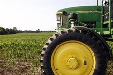 Сельскохозяйственный опрыскиватель производства компании John Deere на кукурузном поле в Редки, штат Индиана, 28 июня 2012 года. Квартальная прибыль крупнейшего в мире производителя сельскохозяйственного оборудования Deere & Co недотянула до прогнозов из-за слабых продаж в Китае, Индии и на других развивающихся рынках, сообщила компания в среду. REUTERS/Brent Smith