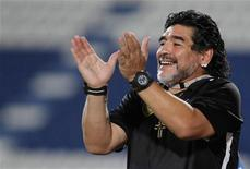 Técnico do Al-Wasl, dos Emirados Árabes, Diego Maradona, bate palmas após seu time marcar gol contra o Al Khor, do Catar, durante partida pela Copa do Golfo, em Doha. 30/05/2012 REUTERS/Mohammed Dabbous