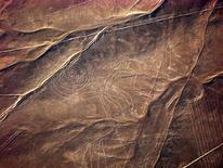 <p>Imagen de archivo de un jeroglífo de un mono en las llanuras del desierto de Nasca en Perú, jun 2009. Invasores de terrenos comenzaron a criar cerdos en las famosas líneas de Nasca en Perú, los gigantescos jeroglíficos que se pueden apreciar en todo su esplendor desde el aire y que aparecieron misteriosamente en el desierto hace más de 1.500 años. Invasores de terrenos comenzaron a criar cerdos en las famosas líneas de Nasca en Perú, los gigantescos jeroglíficos que se pueden apreciar en todo su esplendor desde el aire y que aparecieron misteriosamente en el desierto hace más de 1.500 años. REUTERS/Carolina Castellanos/World Monuments Fund/Handout Imagen para uso no comercial, ni ventas, ni archivos. Solo para uso editorial. No para su venta en marketing o campañas publicitarias. Esta imagen fue entregada por un tercero y es distribuida, exactamente como fue recibida por Reuters, como un servicio para clientes.</p>