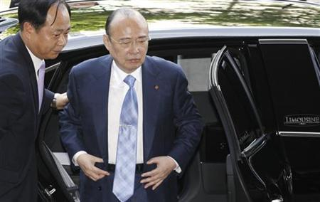 Hanwha Group Chairman Kim Seung-youn (R) arrives at the Seoul Western District Court in Seoul August 16, 2012. REUTERS/Lee Jae-Won