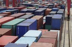 Контейнеры в порту города Ухань на реке Янцзы, 10 июля 2012 года. Торговый прогноз для Китая на 2012 год ухудшается, особенно сильно страдая из-за нарастающих проблем в Европе, заявило в четверг министерство торговли КНР. REUTERS/Stringer