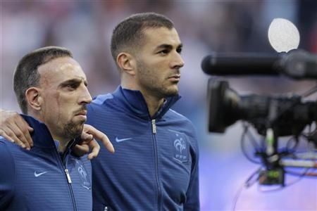 France's Franck Ribery (L) and Karim Benzema listen to the French national anthem during their friendly soccer match against Uruguay at Oceane stadium in Le Havre August 15, 2012. REUTERS/Pascal Rossignol