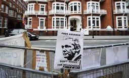 """Плакат со словами """"Свободу Ассанжу"""" прицеплен к барьеру вокруг посольства Эквадора в Лондоне 14 августа 2012. Эквадор даровал политическое убежище Джулиану Ассанжу, сообщил в четверг министр иностранных дел, на следующий день после того, как требующая выдачи основателя WikiLeaks Великобритания пригрозила Кито лишить неприкосновенности эквадорскую дипмиссию, где укрывается беглец. REUTERS/Ki Price"""