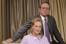 """Integrantes do elenco Tommy Lee Jones (D) e Meryl Streep posam para retrato durante uma exibição para a mídia de """"Um Divã Para Dois"""", em Nova York. 05/08/2012 REUTERS/Keith Bedford"""