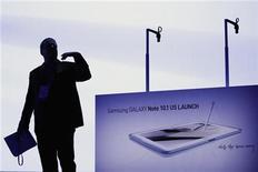 <p>Imagen de archivo de un empleado de la firma Samsung antes de la presentación del Galaxy Note 10.1 en Nueva York, ago 15 2012. La nueva tableta de Samsung Electronics, dada a conocer en Estados Unidos, es el último intento del gigante de la electrónica surcoreano para luchar por cuota de mercado con Apple, aunque no está siendo anunciada como se hizo con el iPad. REUTERS/Lucas Jackson</p>