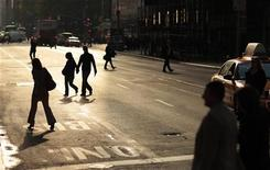A couple holds hands as they cross the street in the early morning in New York October 21, 2009. REUTERS/Lucas Jackson
