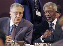 Генеральный секретарь ООН Кофи Аннан (справа) разговаривает с Лахдаром Брахими, спецпосланником генсека ООН в Ираке, перед началом заседания ООН в Нью-Йорке, 8 июня 2004 года. Опытный алжирский дипломат Лахдар Брахими согласился стать новым посредником по урегулированию конфликта в Сирии вместо отказавшегося от этой роли Кофи Аннана, сообщили в четверг источники Рейтер в ООН. REUTERS/Henny Ray Abrams