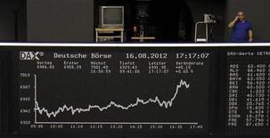 Табло с динамикой индекса DAX на Франкфуртской фондовой бирже 16 августа 2012 года. Европейские фондовые индексы начали торги пятницы ростом, надеясь на то, что худший период долгового кризиса еврозоны позади. REUTERS/Remote/Amanda Andersen