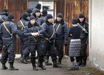 Казахские спецназовцы на месте перестрелки в поселке Боралдай, 4 декабря 2011 года. Силовики Казахстана убили девятерых членов неизвестной вооруженной группы в пятницу утром в ходе рейда в дачном массиве близ крупнейшего города республики, сообщила пресс-служба Генпрокуратуры страны. REUTERS/Vladimir Tretyakov