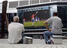 Футбольные болельщики смотрят матч чемпионата мира 2010 года между Италией и Парагваем на большом экране в Торонто, 14 июня 2010 года. Матчи чемпионатов России, Украины, Англии, Испании, Франции и Нидерландов, а также кубков Германии и Италии пройдут в выходные. REUTERS/ Mike Cassese