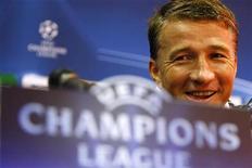 Romeno Dan Petrescu, então técnico do clube Unirea Urziceni, responde a questões durante coletiva de imprensa em Bucareste, em novembro de 2009. Ex-jogador do Chelsea e da seleção da Romênia, Petrescu foi nomeado como técnico do Dynamo Moscow. 24/11/2009 REUTERS/Bogdan Cristel