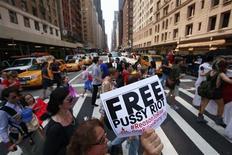 """Manifestantes marcham pelo centro da cidade de Manhattan, em Nova York, nesta sexta-feira, em demonstração de solidariedade com a banda punk russa Pussy Riot. Os Estados Unidos qualificaram na sexta-feira de """"desproporcional"""" a sentença de dois anos de prisão imposta a três integrantes da banda feminina Pussy Riot, e pediram a autoridades russas que revejam o processo. 17/08/2012 REUTERS/Brendan McDermid"""