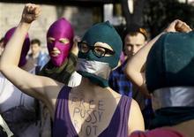 Ativistas usam máscaras em apoio às integrantes da banda punk Pussy Riot, durante protesto em frente à embaixada russa em Varsóvia. Na sexta-feira, a Igreja Ortodoxa Russa pediu ao Estado russo que tenha misericórdia pelas integrantes da banda, condenadas a dois anos de prisão por terem feito um protesto contra o presidente Vladimir Putin na principal catedral moscovita. 17/08/2012 REUTERS/Kacper Pempel