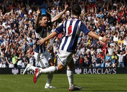 West Bromwich Albion's Zoltan Gera (L) celebrates his goal against Liverpool with Shane Long during their Premier League match at The Hawthorns in West Bromwich, central England, August 18, 2012. REUTERS/Darren Staples