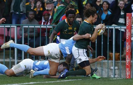 South Africa's Zane Kirchner (R) gets past Argentina's Gonzalo Camancho to score during their rugby union test match in Cape Town, August 18, 2012. REUTERS/Mike Hutchings