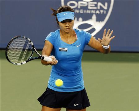 Li Na of China hits a return to Venus Williams of the U.S. during their women's singles semi-final match at the Cincinnati Open tennis tournament in Cincinnati, Ohio August 18, 2012. REUTERS/John Sommers II