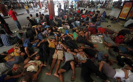 People from India's northeastern states rest while waiting for the train bound for the Assam state at a railway station in Kolkata August 19, 2012. REUTERS/Rupak De Chowdhuri