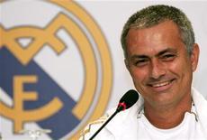 Técnico do Real Madrid, José Mourinho, sorri durante coletiva de imprensa na cidade de Kuwait em maio de 2012. O Real Madrid foi o melhor time da última temporada e será duro quebrar os recordes que a equipe estabeleceu, disse o treinador da equipe neste sábado. O clube somou inéditos 100 pontos, marcou 121 gols e venceu o campeonato espanhol após quatro anos em maio, antes de começar a defesa do título em casa contra o Valencia no domingo. 15/05/2012REUTERS/Tariq AlAli