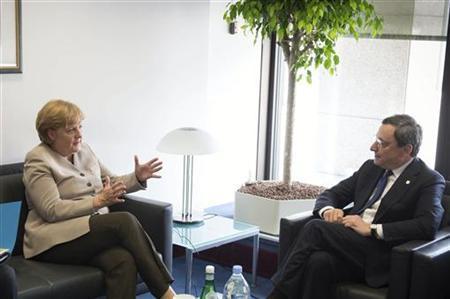 German Chancellor Angela Merkel (L) talks with European Central Bank (ECB) President Mario Draghi before a European Union leaders summit in Brussels June 28, 2012. REUTERS/Guido Bergmann/Bundesregierung/Pool