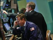Трейдеры на торгах Нью-Йоркской фондовой биржи 26 июля 2012 года. В отсутствие важных данных и катализаторов со стороны монетарной политики, американский фондовый индекс S&P 500 продолжает держаться вблизи максимума четырех лет, а инвесторы надеются на то, что технические показатели укажут, стоит ли ждать распродажи ближе к сентябрю после такого медленного и продолжительного ралли. REUTERS/Brendan McDermid