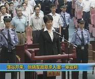 Кадри видеозаписи, на котором запечатлена Гу Кайлай, жена опального члена Политбюро КНР Бо Силая, в зале суда города Хэфэй 20 августа 2012 года. Китайский суд приговорил Гу Кайлай, жену опального члена Политбюро КНР Бо Силая, к смерти с отсрочкой исполнения приговора, закрыв последнюю главу скандала, потрясшего китайскую компартию в преддверии передачи власти этой осенью. REUTERS/CCTV via Reuters TV