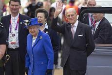 Rainha Elizabeth visita torre ArcelorMittal Orbit com príncipe Philip (D), em Londres. O príncipe Philip deixou um hospital na Escócia após uma internação de cinco noites, durante a qual recebeu tratamento para uma infecção na bexiga. 28/07/2012 REUTERS/Neil Hall