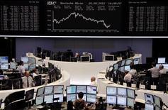 <p>A la Bourse de Francfort, lundi. Les valeurs bancaires de la zone euro se sont retournées à la baisse lundi après-midi, entraînant les indices boursiers dans leur sillage, l'Allemagne ayant refroidi les attentes du marché sur une intervention de la BCE en faveur des dettes de l'Espagne et de l'Italie. /Photo prise le 20 août 2012/REUTERS/Remote/Marte Kiessling</p>