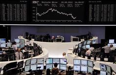 Трейдеры на торгах фондовой биржи во Франкфурте-на-Майне 20 августа 2012 года. Европейские акции снизились в понедельник из-за слабости банков, так как Европейский центробанк и министерство финансов Германии подорвали надежды на то, что ЕЦБ примет меры для ограничения доходности гособлигаций. REUTERS/Remote/Marte Kiessling