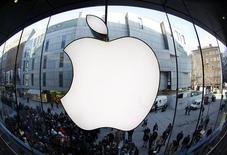<p>Apple a atteint lundi la plus grosse capitalisation boursière jamais enregistrée par une entreprise cotée, la valeur globale de ses actions à la clôture (623,5 milliards de dollars, soit 505 milliards d'euros) dépassant le précédent record, inscrit par Microsoft il y a près de 13 ans. /Photo prise le 16 mars 2012/REUTERS/Michaela Rehle</p>