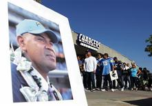 "A picture of former San Diego Chargers and NFL linebacker Junior Seau is displayed as fans arrive at Qualcomm Stadium to participate in a ""Celebration of Life"" memorial, held in Seau's memory in San Diego, California in this May 11, 2012 file photograph. Seau had no alcohol or illegal drugs in his system when he killed himself earlier this year, according to a final autopsy report released by medical examiners on August 20, 2012. Seau, a 20-year National Football League veteran and fan favorite widely regarded as one of the best defensive players of his generation, shot himself in the chest on May 2 at his home in Southern California. REUTERS/Mike Blake"
