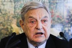 <p>Le milliardaire américain George Soros détient une participation de près de 2% dans Manchester United, introduit en Bourse le 9 août à Wall Street. /Photo prise le 25 janvier 2012/REUTERS/Arnd Wiegmann</p>