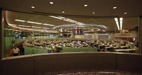 Помещение Гонконгской фондовой биржи, 8 августа 2012 года. Азиатские фондовые рынки, кроме Китая, снизились на фоне угасания надежд инвесторов на успешное преодоление долгового кризиса еврозоны. REUTERS/Bobby Yip