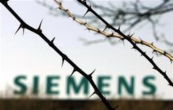 <p>Siemens a entamé des discussions en interne en vue de supprimer plusieurs milliers de postes en réponse à une conjoncture difficile, particulièrement en Europe, selon le journal allemand Börsen-Zeitung. /Photo d'archives/REUTERS/Tobias Schwarz</p>