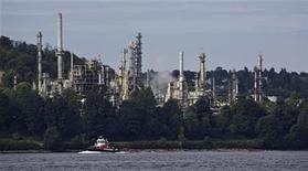 НПЗ компании Chevron на берегу Беррард Инлет в Бернаби, Британская Колумбия, 9 августа 2012 года. Цены на нефть растут на фоне надежд на борьбу Европейского Центробанка с долговым кризисом еврозоны и напряженности на Ближнем Востоке. REUTERS/Andy Clark