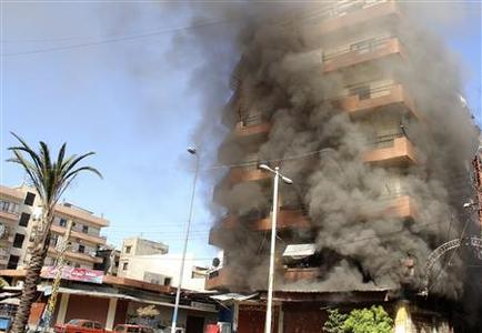 Smoke rises from a residential building at the Sunni Muslim dominant neighbourhood of Bab al-Tebbaneh in Tripoli, northern Lebanon, during clashes between Sunni Muslims and Alawites, August 21, 2012. REUTERS/Stringer