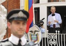 Fundador do WikiLeaks, Julian Assange, fala com a imprensa do lado de fora da embaixada do Equador, no oeste de Londres. Vivendo a base de comida para viagem numa saleta com esteira ergométrica para queimar a energia acumulada e com uma lâmpada de vitamina D para compensar a falta de luz do sol, Julian Assange tem a coisa material que mais valoriza: um computador ligado à Internet. 19/08/2012 REUTERS/Olivia Harris