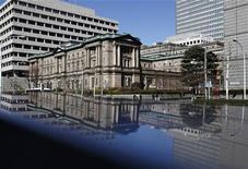 Здание Банка Японии в Токио, 13 марта 2012 года. Сочетание растущего пузыря на рынке недвижимости, демографических перемен и стремительного увеличения задолженности в Китае говорят о высокой вероятности финансового кризиса в стране, сообщил во вторник заместитель председателя Банка Японии Киёхико Нисимура. REUTERS/Yuriko Nakao