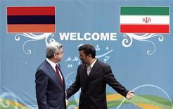 Иранский президент Махмуд Ахмадинежад приветствует своего армянского коллегу Сержа Саргсяна в Тегеране, 13 апреля 2009 года. Международные санкции оказывают давление на Иран, и он пытается расширить присутствие своих банков в Армении, чтобы компенсировать таким образом потерю прав в странах, на которые привык опираться в бизнесе. REUTERS/Morteza Nikoubazl